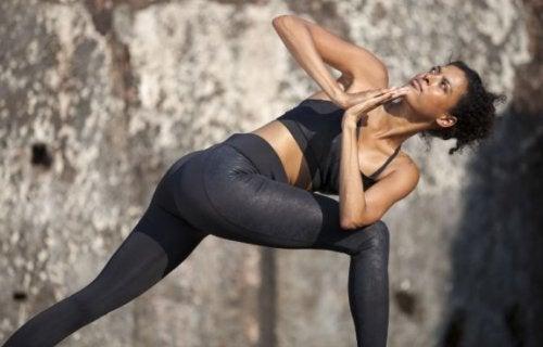 kvinde der dyrker yoga udenfor
