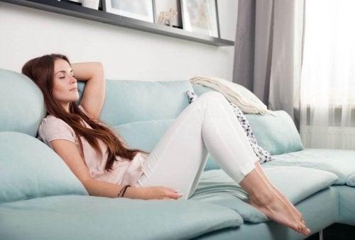 kvinde der slapper af i sofa