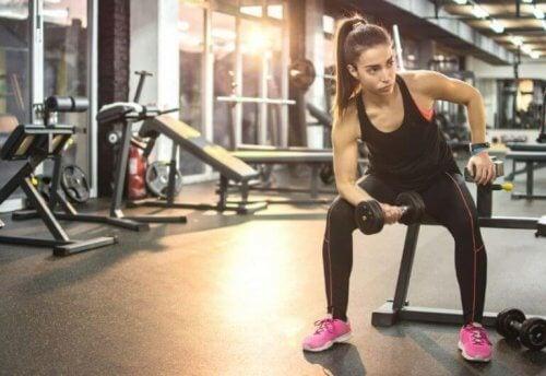 kvinde der træner med håndvægt