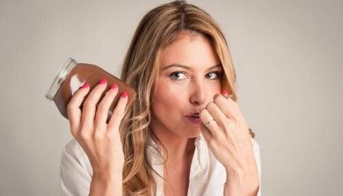 Kvinde spiser hjemmelavet nutella