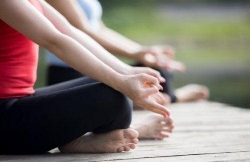 kvinder der dyrker yoga udenfor