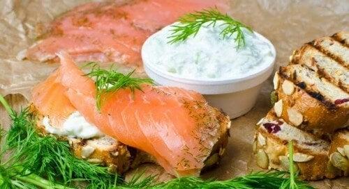 Server den græske yoghurtsauce sammen med røget laks