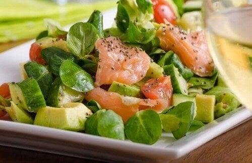 Salatopskrifter med laks