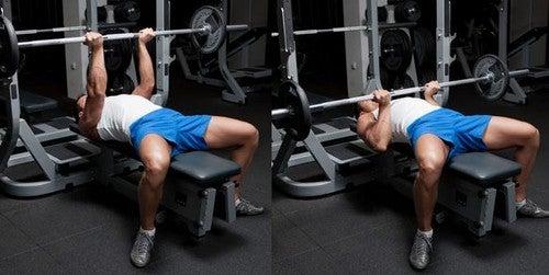Mand løfter vægtstang i fitnesscenteret