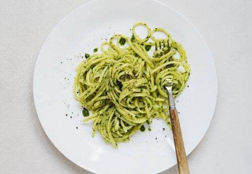 Ret med pasta og broccolipesto