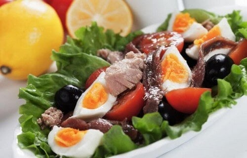 Nem og sund salat med hårdkogt æg