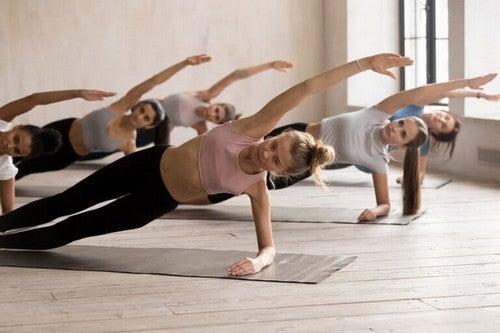 Træningshold laver sidelæns planke