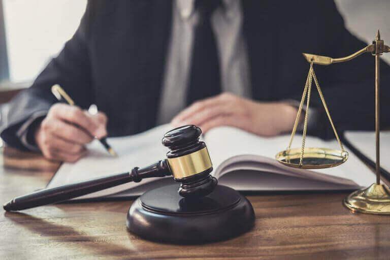 dommer ved skrivebord
