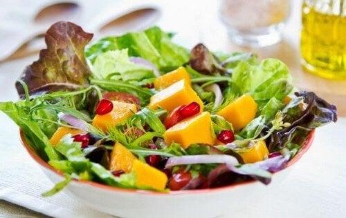 Salat bestående af frugt og grøntsager