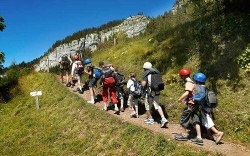Gruppe vandrer sammen i naturen