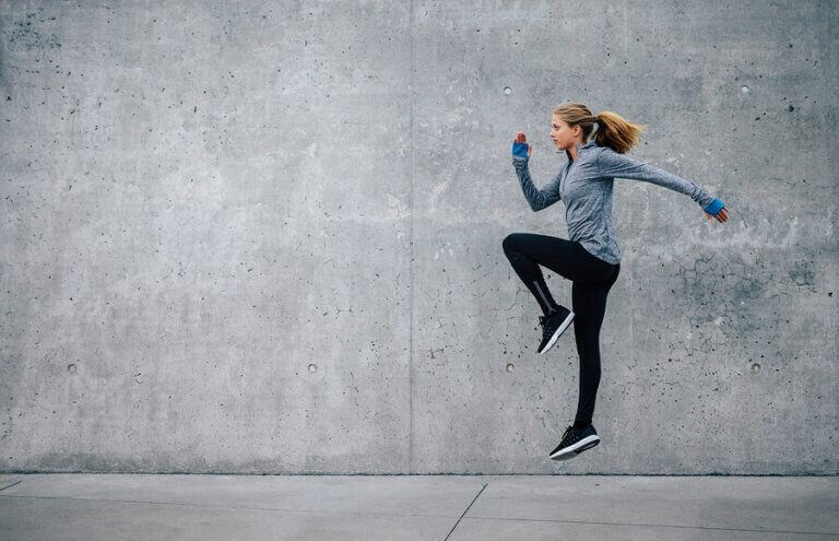 kvinde der hopper udenfor