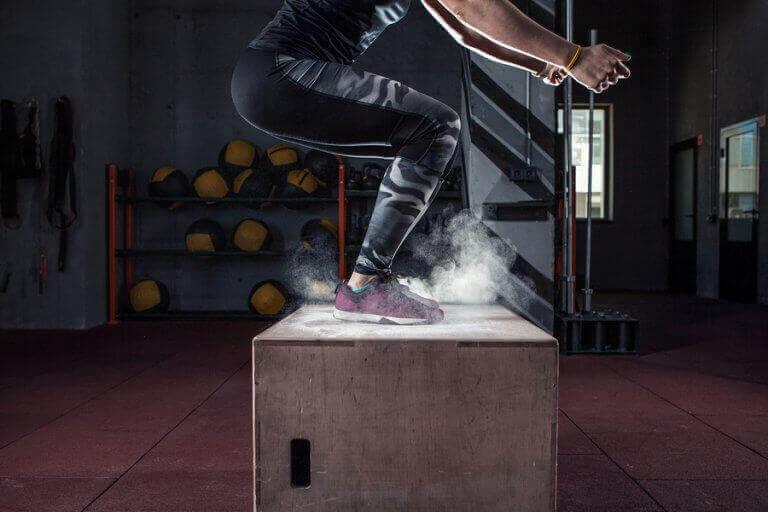 kvinde der laver box jump