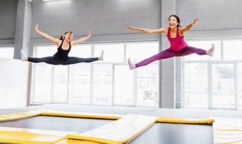 kvinder der hopper på trampolin