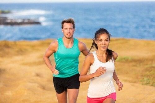 Par løber på stranden