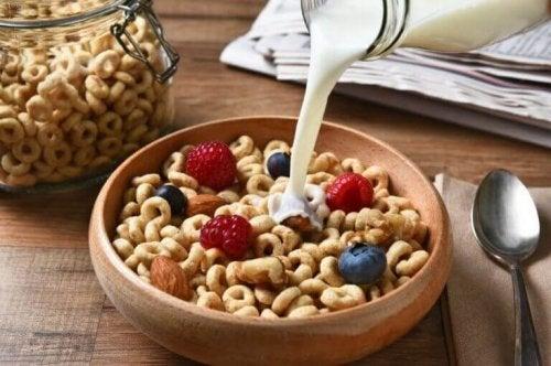 mælk der hældes på morgenmadsprodukt