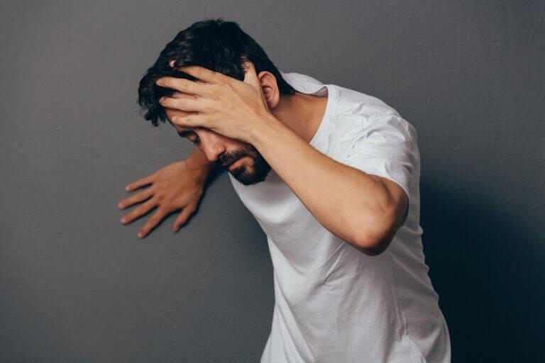 mand med hovedpine
