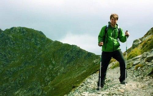 Mand vandrer i bjergene