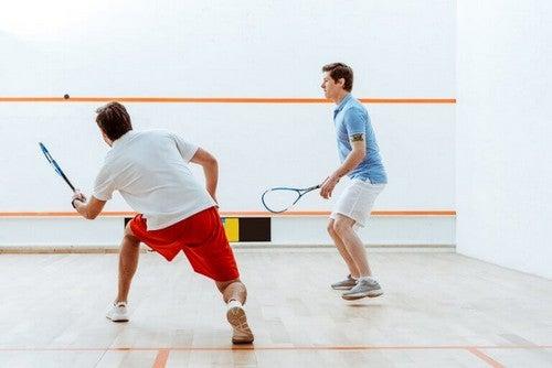 Mænd, der spiller squash