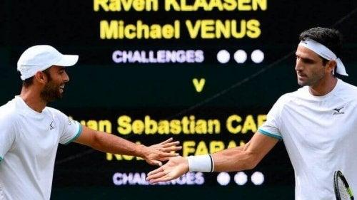 tennisspillere der giver hinanden hånden