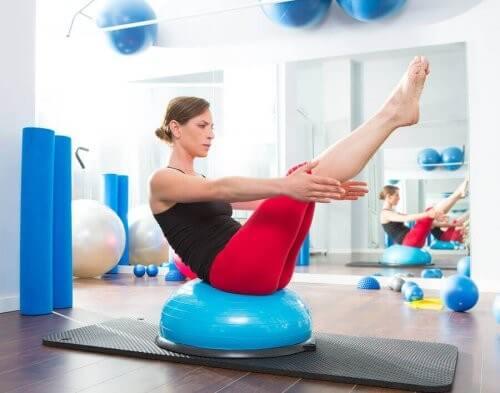 Kvinde træner med balancepude