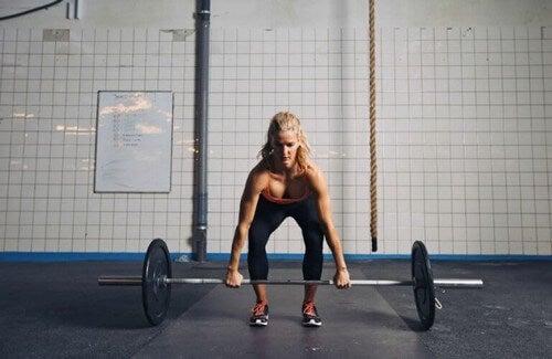 Kvinder løfter vægtstang