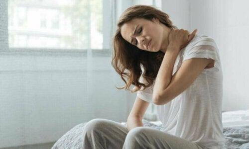 Tre yogastillinger mod nakkesmerter