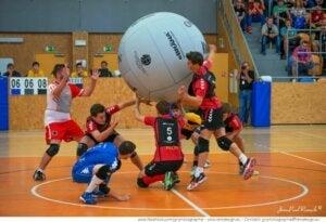 børn leger med en kæmpe bold