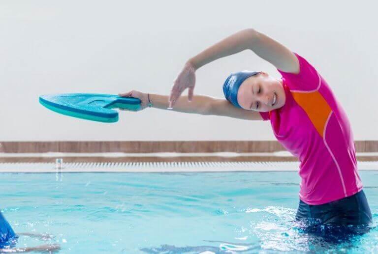 kvinde der øver svømmetag