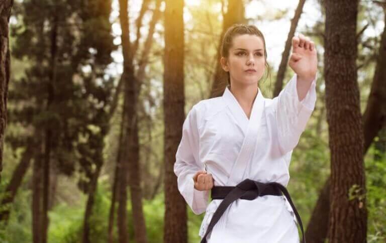 kvinde der laver judo udenfor