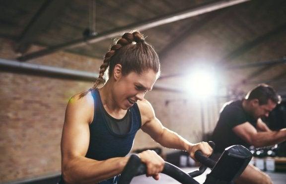 kvinde der laver konditionstræning