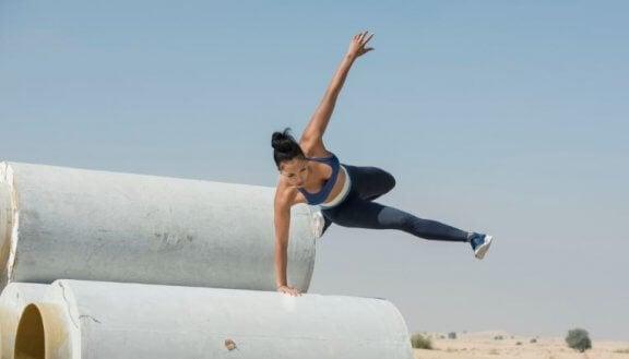 kvinde der træner udenfor