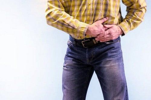 Mand oplever smerter i bugspytkirtlen