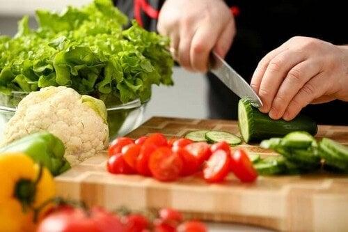 Person skærer grøntsager