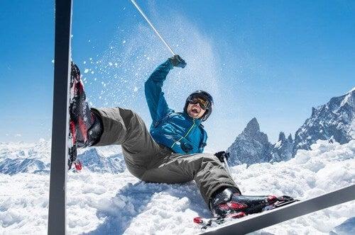 Mand på ski kommer til skade