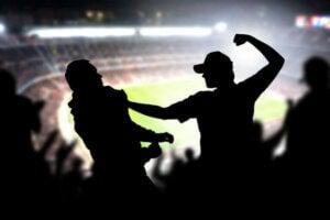 tilskuere slås til en fodboldkamp