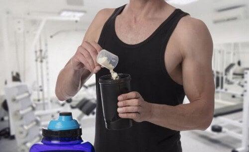 En atlet laver sig en proteinshake