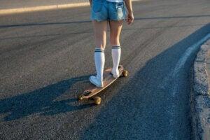 en pige på longboard som brætsport