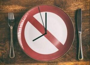 tallerken med ur og forbudt skilt