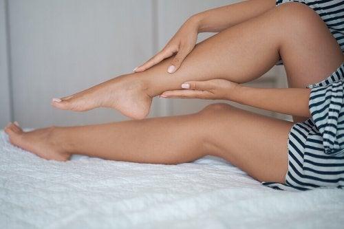 Hævelse i benene: Årsager og behandling