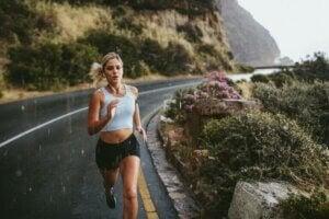 kvinde løber i regnvejr