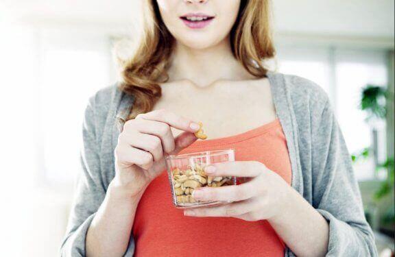 kvinde der spiser nødder