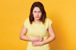 kvinde med fordøjelsesproblemer