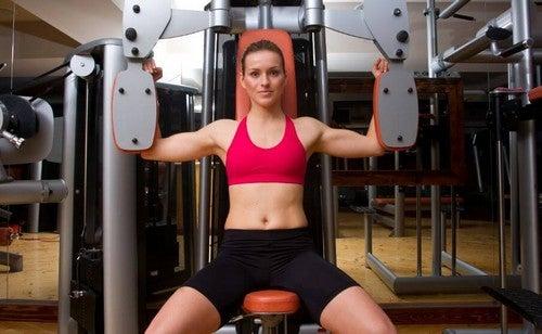 Frie vægte vs. maskiner: Hvad skal du vælge?