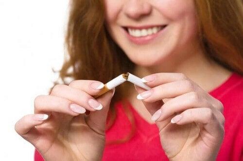 Kvinde knækker en cigaret midt over