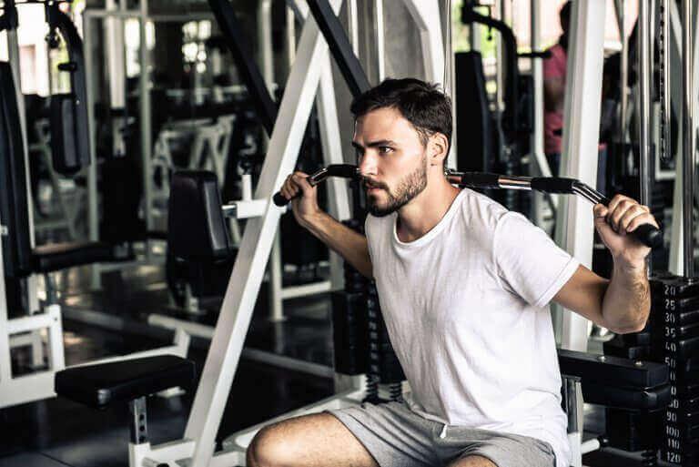 mand der træner i maskine