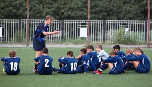 ungt fodboldhold der undervises af træner