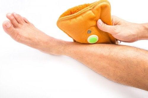 Skal skader behandles med varme eller kulde?