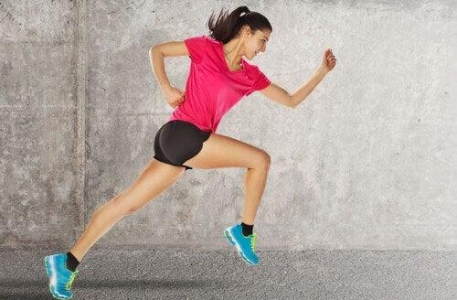 kvinde med de rigtige løbesko