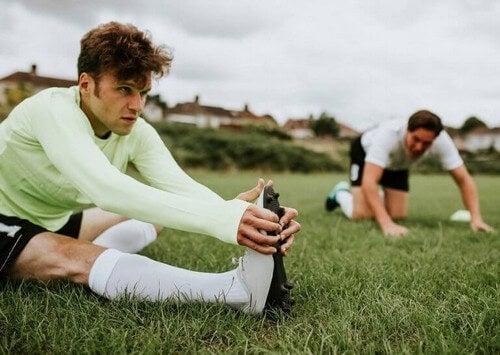 Fodboldspillere strækker ud efter træning