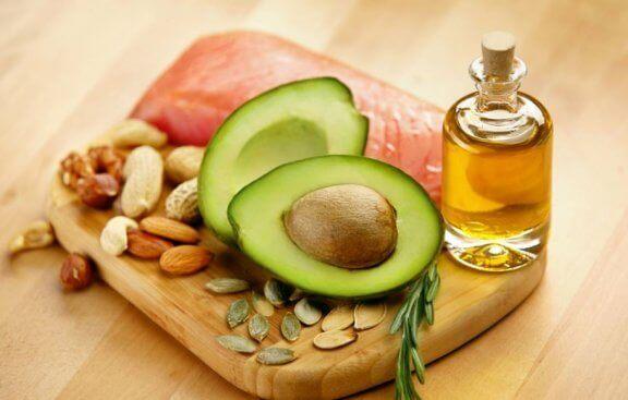 forskellige fødevarer med et højt indhold af fedt